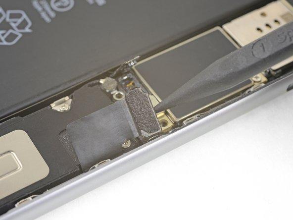 Отделение нижнего шлейфа от материнской платы iPhone 6S Plus